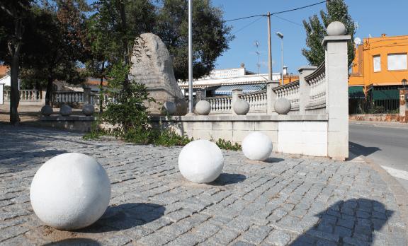 pilona-hormigon-blanco-instalado